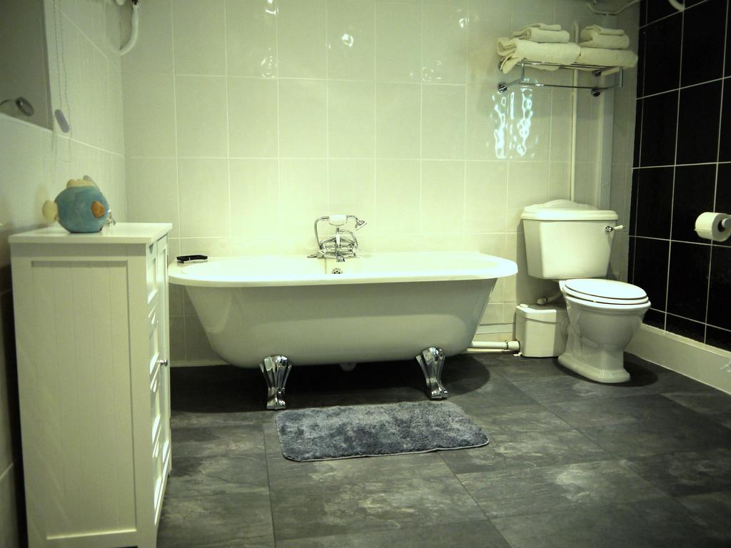 photo of the luxury king room roll top bath